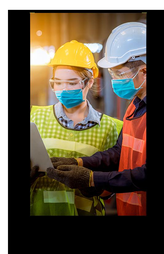 Imagem de uma mulher mostrando notebook para o supervisor